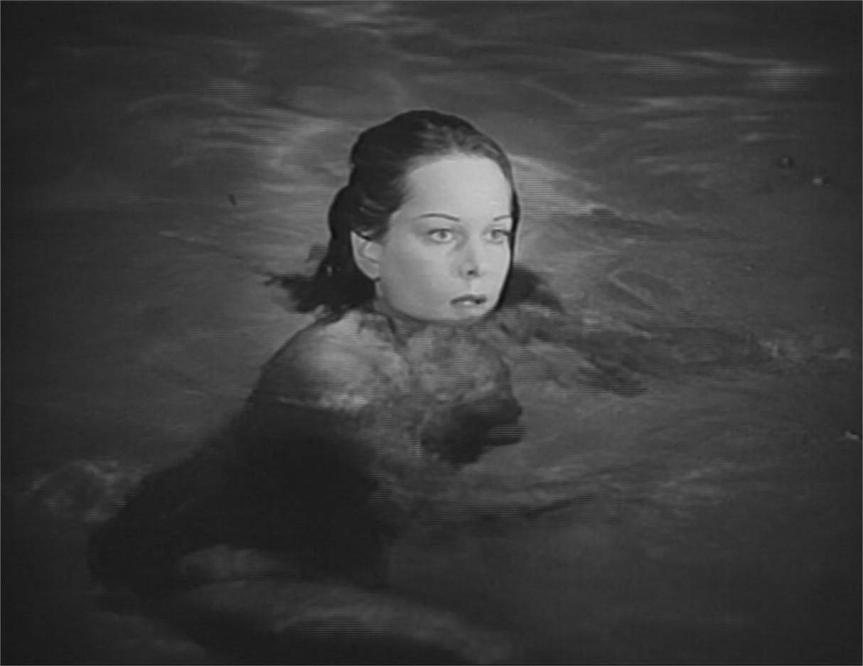 """Jane Randolph dans la scène de la piscine de """"La Féline"""""""