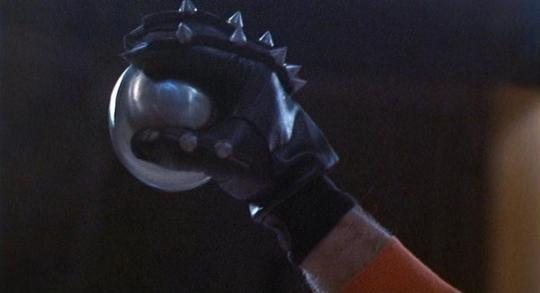 "Jonothan E. brandit la balle d'acier dans ""Rollerball"""