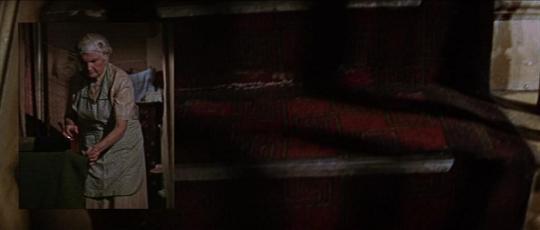 La montée de l'assassin dans l'escalier est filmée en caméra subjective. Un plan superposé montre la future victime dans son appartement.