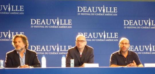 Steven Soderbergh entouré du producteur Gregory Jacobs et du scénariste Scott Z. Burns lors de la conférence de presse du 9 septembre à Deauville.