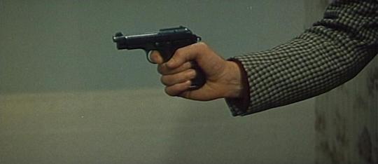 "La main de Jean-Paul Belmondo tenant un revolver dans ""La Sirène du Mississippi"""