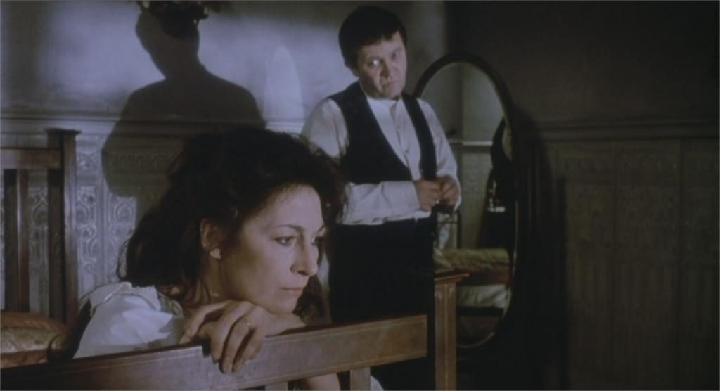 "Angelica Huston et Donal McCann dans ""Gens de Dublin"""