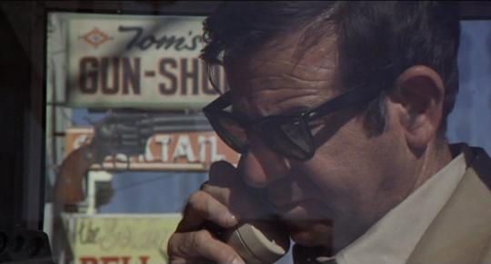 Charkey Varrick (Walter Matthau). On remarquera le revolver tourné vers lui en arrière plan.