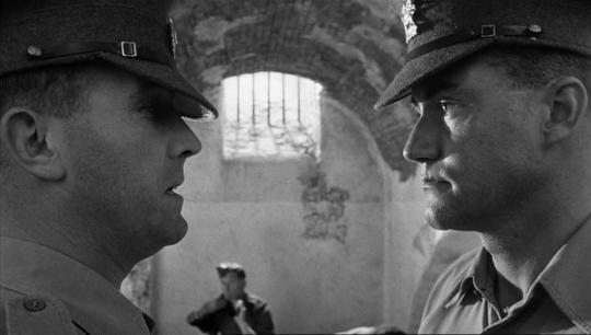"""Ian Hendry et Ian Bannen dans """"La Colline des hommes perdus"""""""