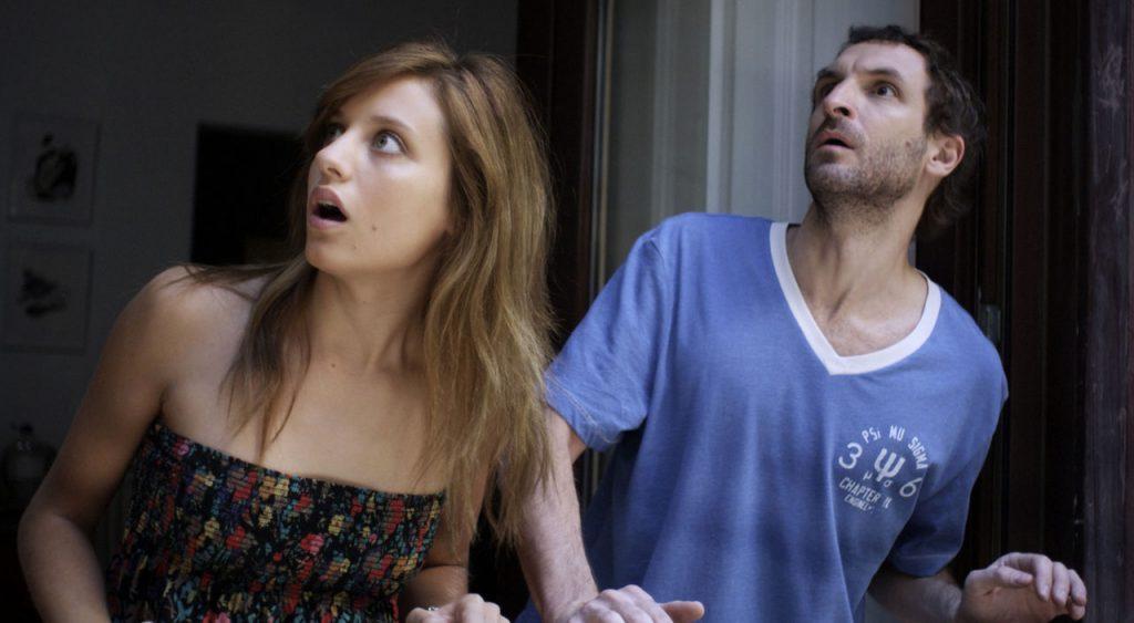 "Julian Villagran et Michelle Jenner dans ""Extraterrestre"""