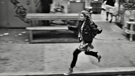 """Greta Gerwig dans """"Frances Ha"""". Cette scène fait référence à """"Mauvais sang"""", de Leos Carax."""