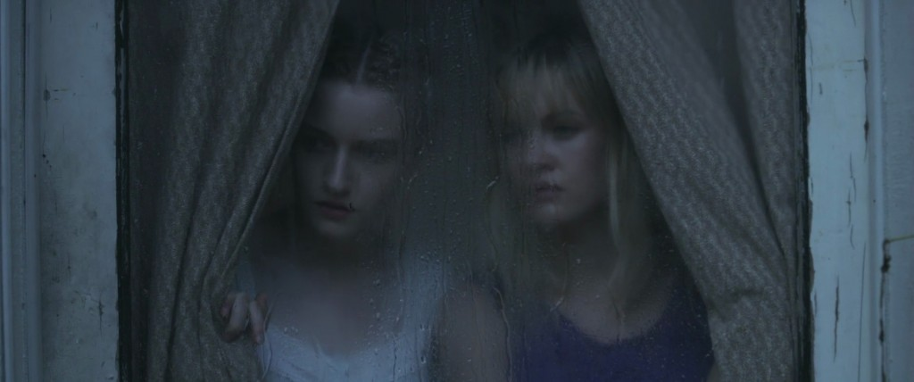 "Julia Garner et Ambyr Childers dans ""We Are What We Are"""