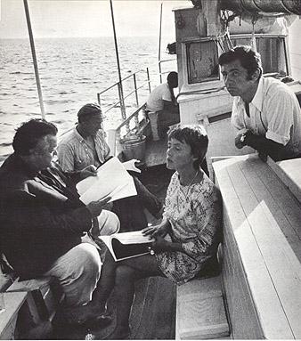 """Orson Welles, Michael Bryant, Jeanne Moreau et Willy Kurant sur le tournage de """"The Deep"""""""