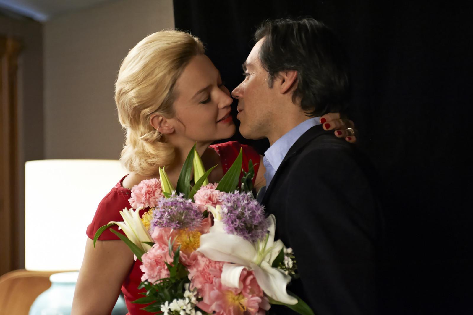 "Virginie Efira et Emmanuel Mouret dans ""Caprice"""