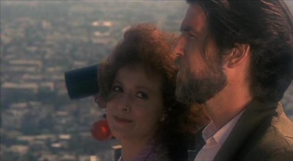 """Véronique (Anna Maria Monticelli) et Jean-Charles Pommier (Pierce Brosnan) dans """"Nomads"""""""