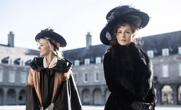 "Kate Beckinsale et Chloë Sevigny dans ""Love and Friendship"""