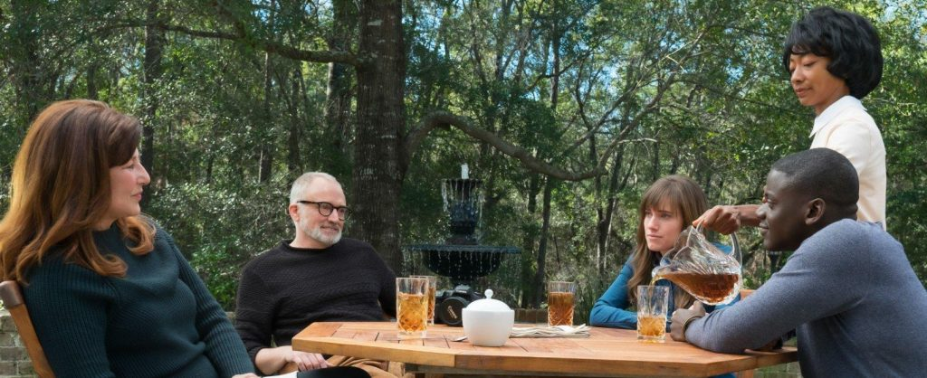 "Catherine Keener, Bradley Whitfor, Allison Williams, Daniel Kaluuya et Betty Gabriel dans ""Get Out"""
