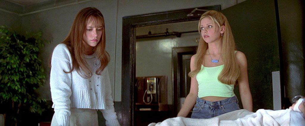 """Jennifer Love Hewitt et Sarah Michelle Gellar dans """"Souviens-toi l'été dernier"""""""