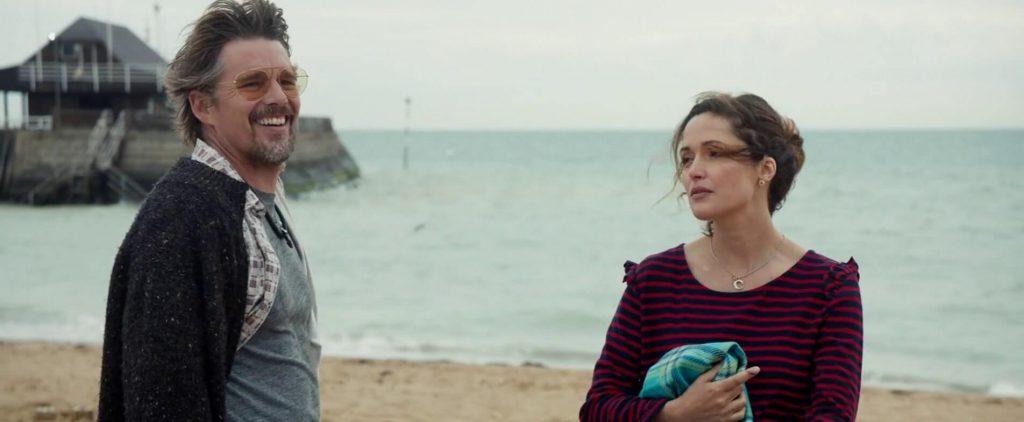 """Ethan Hawke et Rose Byrne dans """"Juliet, Naked"""""""