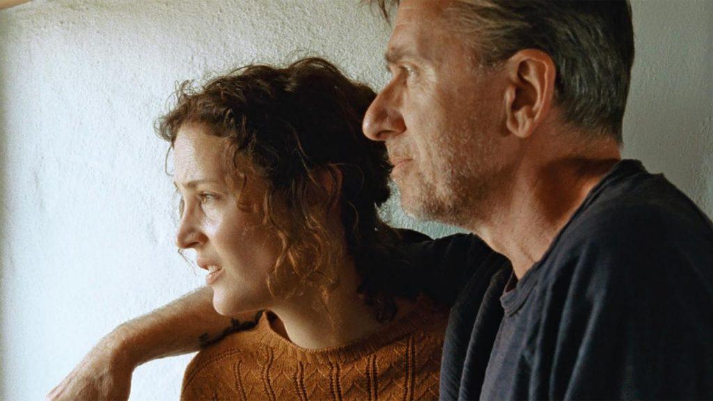 "Vicky Krieps et Tim Roth dans ""Bergman Island"""